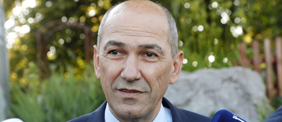 Opozycyjna, antyimigrancka Słoweńska Partia Demokratyczna (SDS) byłego premiera Janeza Janszy wygrywa niedzielne wybory parlamentarne - wynika z sondaży exit polls państwowej telewizji, według których ugrupowanie to zdobyło 24,4 proc. głosów.