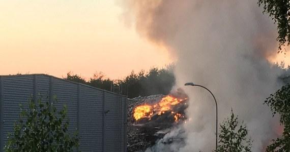 Po 13-nastu godzinach strażakom udało się ugasić pożar składowiska odpadów w Studziankach niedaleko Białegostoku. Mimo to, akcja jeszcze się nie zakończyła. Nie ma już jednak zagrożenia, że ogień przeniesie się do pobliskiego lasu i budynków zakładu. Zdjęcia pożaru dostaliśmy na Gorącą Linię RMF FM.