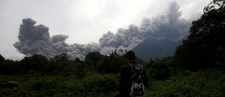 Co najmniej 25 osób zginęło, 20 zostało rannych, w tym 12 dzieci, a 1,7 mln ucierpiało w związku z erupcją Wulkanu Ognia, do której doszło w niedzielę - podał Reuters w poniedziałek. 3100 osób zostało ewakuowanych, a liczba osób zaginionych pozostaje nieznana. W całym kraju ogłoszono pomarańczowy alarm pogodowy, natomiast w departamentach Escuintla, Chimaltenango i Sacatepequez, gdzie znajduje się Wulkan Ognia, ogłoszono czerwony alarm.