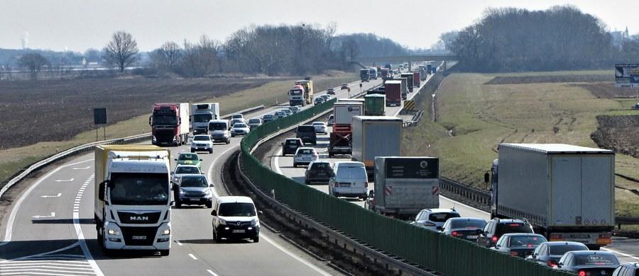 """""""Jest chaos informacyjny"""" - tak instruktorzy nauki jazdy komentują w rozmowie z RMF FM kolejne przesunięcie terminu wejścia w życie nowych przepisów dla osób, które zdadzą egzamin na prawo jazdy. Zakładają one między innymi bardziej restrykcyjne ograniczenia prędkości dla młodych kierowców. Zmiany miały wejść w życie dzisiaj, czyli 4 czerwca. Jednak termin przesunięto, przede wszystkim w związku z pracami nad unowocześnieniem systemu ewidencji kierowców CEPiK."""