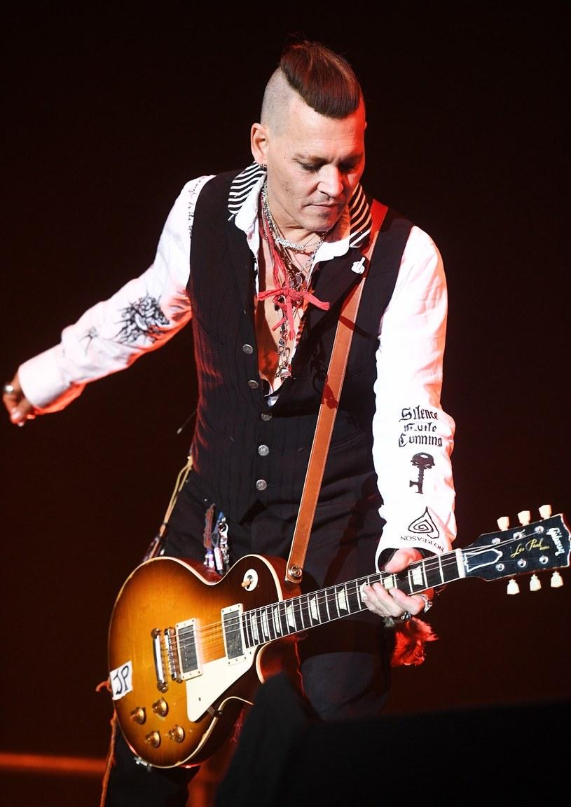 Mocno wyszczuplona sylwetka zaniepokoiła fanów aktora Johnny'ego Deppa, który obecnie koncertuje po Europie jako gitarzysta rockowej supergrupy Hollywood Vampires.