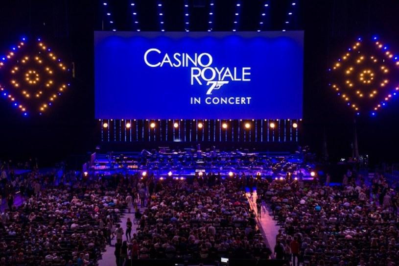 """""""To dla mnie ogromne szczęście, że mogę stać na tej scenie i patrzeć na dziesięć tysięcy ludzi zgromadzonych na widowni. Powitajmy dwudziestego pierwszego Jamesa Bonda!"""" - powiedział David Arnold, autor ścieżek dźwiękowych do pięciu filmów z serii o agencie 007, zapraszając publiczność zgromadzoną w Tauron Arenie Kraków na seans."""