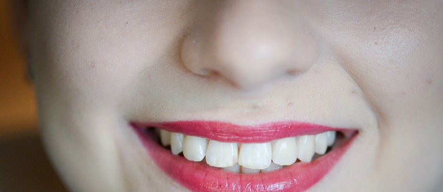 """Naukowcy z Londynu obiecują przełom w stomatologii. Badacze z Queen Mary University of London odkryli nową metodę mineralizacji, która daje szanse na odbudowę szkliwa naszych zębów. Jak informuje w najnowszym numerze czasopismo """"Nature Communications"""", metoda kopiuje do pewnego stopnia proces, który tworzy szkliwo w naturalnych warunkach."""