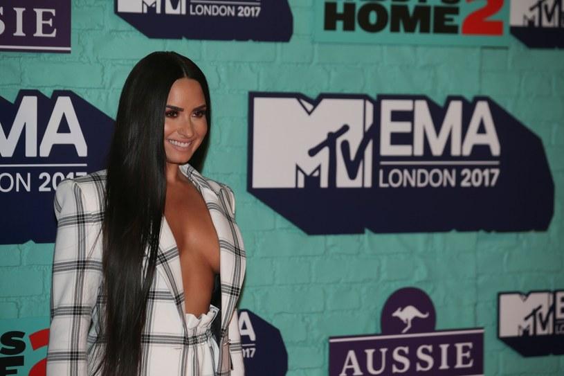 Demi Lovato znalazła się pod ostrzałem fanów, kiedy to opowiedziała historię, jak zamówiła swojemu ochroniarzowi prostytutkę do pokoju.