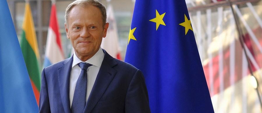 """Nie jest obecnie możliwa jednomyślność w UE w sprawie stałego mechanizmu obowiązkowego rozdziału uchodźców. Chodzi o mechanizm w razie przyszłych kryzysów migracyjnych, który miał być uzgodniony przez kraje UE do końca czerwca. """"Teraz wszystko w rękach szefa Rady Europejskiej Donalda Tuska"""" - mówią naszej dziennikarce w Brukseli unijni dyplomaci. Sprawa stałego mechanizmu będzie jednym z tematów szczytu UE pod koniec tego miesiąca."""