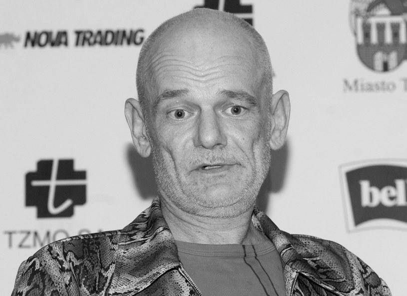 Stołeczna prokuratura bada okoliczności śmierci Roberta Brylewskiego. Wokalista, gitarzysta, kompozytor i współzałożyciel zespołów Kryzys, Brygada Kryzys, Izrael oraz Armia zmarł w wieku 57 lat. Według śledczych, jego śmierć mogła być konsekwencją pobicia, do którego doszło w styczniu tego roku.