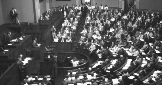 """""""Skład Sejmu X kadencji, jeśli chodzi o klub parlamentarny PZPR nie do końca był reprezentatywny dla PZPR"""" - powiedział w Popołudniowej rozmowie w RMF FM Sławomir Wiatr, który w wyborach parlamentarnych w czerwcu 1989 roku startował z list Polskiej Zjednoczonej Partii Robotniczej. """"W Sejmie X kadencji znalazłem się z przypadku"""" - dodał Wiatr. """"Ja nie miałem zamiaru być posłem i w ogóle profesjonalnym politykiem"""" - wyjaśnił. Z kolei Henryk Wujec, reprezentujący wówczas Komitet Obywatelski """"Solidarność"""", ocenił w rozmowie z Marcinem Zaborskim, że wynik wyborów z 4 czerwca 1989 roku """"to był nokaut"""". """"Co było do wyboru? 100 miejsc mandatowych do Senatu, 121 miejsc do Sejmu - to jest to 35 proc. w wolnych wyborach. Z tych 121 miejsc plus 100 ile miejsc wygrała """"Solidarność""""? Jednego nie wygrała. To jest nokaut"""" - mówił Wujec."""