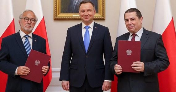 Prezydent Andrzej Duda wręczył nominacje dwóm nowym członkom kapituły Orderu Orła Białego - fotografowi Adamowi Bujakowi i publicyście Bronisławowi Wildsteinowi. Taką informację podała Kancelaria Prezydenta.