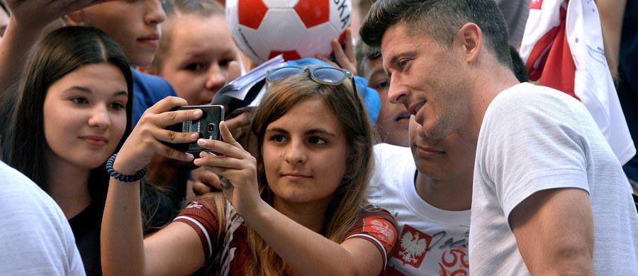 """Robert Lewandowski uważa, że reprezentacja Polski jest w korzystnej sytuacji w związku z tym, iż jako ostatnia zagra pierwszy mecz w fazie grupowej piłkarskich mistrzostw świata w Rosji. """"Zobaczymy jak spisują się inni"""" – przyznał polski piłkarz. Biało-czerwoni w pierwszym spotkaniu na mundialu w Rosji zmierzą się z Senegalem we wtorek 19 czerwca w Moskwie. Będzie to ostatni mecz w pierwszej rundzie fazy grupowej."""