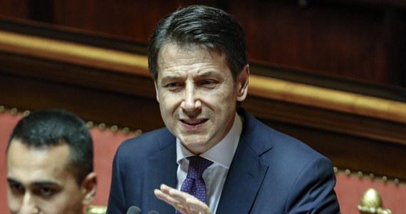 """Nowy premier Włoch Giuseppe Conte mówił mówił w Senacie, że priorytetem jego rządu będą prawa społeczne, w tym wprowadzenie dochodu gwarantowanego. Apelował, by skończyć z """"biznesem migracji"""", który rozwinął się """"pod płaszczykiem udawanej solidarności""""."""