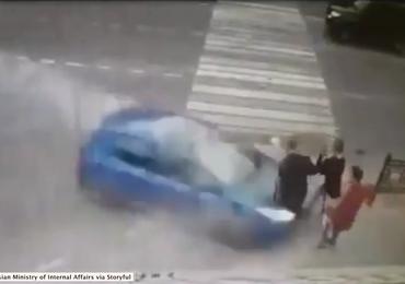 Rozpędzony samochód wjechał w trzech nastolatków. Wstrząsające nagranie
