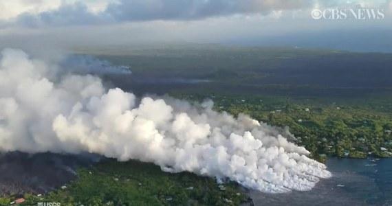 Lawa z wulkanu Kilauea wpływa do oceanu, co powoduje tworzenie się wielkich kłębów pary wodnej. Unoszące się opary mogą być niebezpieczne dla mieszkańców Hawajów ze względu ma zawartość kwasu chlorowodorowego i szklanych drobin. Mogą one powodować podrażnienie dróg oddechowych i skóry. Strumień lawy ma nawet 800 metrów szerokości.
