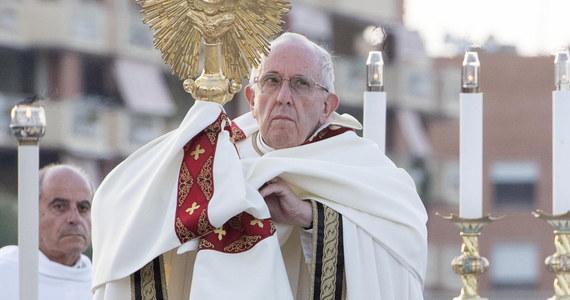 Papież Franciszek zachęcił wiernych do modlitwy w intencji odpowiedzialnego korzystania z sieci społecznościowych. Niech będą one miejscem solidarności, spotkania i szacunku - powiedział w przesłaniu wideo.