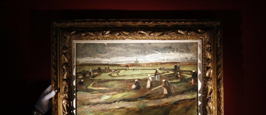 """Podczas poniedziałkowej aukcji w paryskim domu Artcurial sprzedano za ponad 7 mln euro obraz Vincenta van Gogha pt. """"Kobiety naprawiające sieci na wydmach"""". Artysta namalował go w 1882 r. w Scheveningen koło Hagi."""