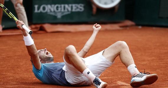 Zajmujący 72. miejsce w światowym rankingu tenisistów Włoch Marco Cecchinato niespodziewanie pokonał rozstawionego z numerem 20. Serba Novaka Djokovica 6:3, 7:6 (7-4), 1:6, 7:6 (13-11) w ćwierćfinale wielkoszlemowego turnieju French Open.