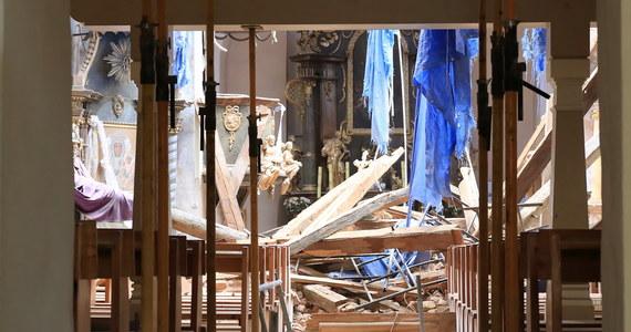 W poniedziałek zawaliła się jedna ze ścian XIV-wiecznego kościoła w Hajdukach Nyskich - poinformował oficer dyżurny Komendy Wojewódzkiej Państwowej Straży Pożarnej w Opolu. Przyczyną katastrofy mogły być burze, jakie przeszły nad tym regionem w miniony weekend.
