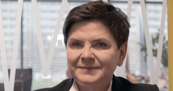"""""""Przeżyłam taki moment, kiedy cała Polska szukała pracy dla mnie. Teraz cała Polska pyta, co robię"""" – mówi poranny gość RMF FM była premier Beata Szydło. Pytana o szczegóły, odpowiada: jestem wicepremierem komitetu do spraw społecznych. """"Nad czym pracujemy? Wczoraj było posiedzenie komitetu. Rozmawialiśmy na temat projektów dla młodzieży i dla rodzin. Przygotowujemy projekty ustaw emerytur dla mam i premii za urodzenie dziecka. Po wakacjach powinny trafić do Sejmu"""" – dodaje gość RMF FM. Beata Szydło pytana o słynny już spływ Dunajcem odpowiada: obrósł legendą. """"Byłam tam w pracy. Miałam zaplanowane wcześniej obowiązki"""". I jak podkreśla gość Roberta Mazurka: spotkałam się z rodzicami i osobami niepełnosprawnymi z Krościenka. Była premier pytana o to, czy będzie kandydować do PE, odpowiada: biorę to pod uwagę. Na pytanie, czy w rozmowie z Jarosławem Kaczyńskim padły słowa """"Beata, pokaż pazurki"""" była szefowa rządu stwierdziła: to pozostanie słodką tajemnicą. """"Moją i pana prezesa"""" - podkreśliła Beata Szydło."""