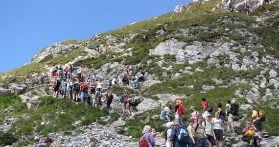 Jeszcze przynajmniej do końca czerwca zamknięta będzie Jaskinia Mroźna. Jedyną oświetloną grotę po naszej strony Tatr, trzeba było zamknąć w kwietniu, kiedy okazało się, że na wyjście z niej osuwają się skały. W najbliższych dniach, specjalna ekipa będzie prowadziła prace zabezpieczające zbocze powyżej otworu. Niestety wciąż nie wiadomo, kiedy uda się otworzyć szlak turystyczny ze Świnicy na Zawrat, na który także osunęły się skały.