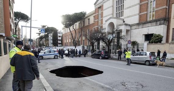 """Rekordową sumę 15 milionów euro muszą wypłacić władze Rzymu kierowcom i motocyklistom w ramach odszkodowań za wypadki i zniszczenia pojazdów z powodu dziur w jezdniach. Dziurawe drogi są prawdziwą zmorą w mieście. W zeszłym roku wypłacono łącznie 7 mln euro. Urzędowi do spraw ubezpieczeń w zarządzie miasta wystawiony zostanie w tym roku wyjątkowo słony rachunek za wyrwy, groźne szczeliny i """"kratery"""", w jakie wpadają rzymscy kierowcy na jezdniach, ale również piesi na dziurawych chodnikach."""
