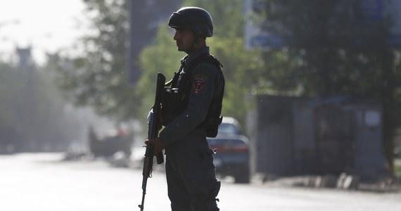Cztery osoby modlące się na terenie jednego z meczetów w powiecie Mando Zayi w prowincji Chost, na wschodzie Afganistanu, zostały zastrzelone przez niezidentyfikowanych napastników - poinformowali przedstawiciele lokalnych władz. Trzy osoby są ranne.