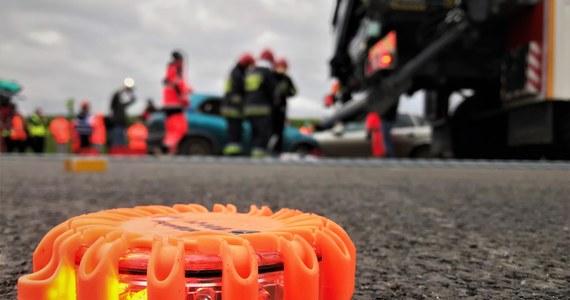 Na autostradzie A2 między węzłami Dąbie i Wartkowice w Łódzkiem doszło do śmiertelnego wypadku.
