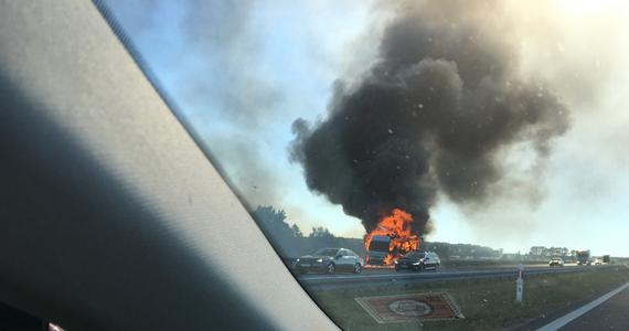 Na autostradzie A2 przywrócono ruch w kierunku Warszawy na odcinku pomiędzy węzłami Dąbie i Wartkowice. Utrudnienia są nadal pomiędzy Emilią i Wartkowicami, gdzie wczoraj zapaliły się dwa tiry.
