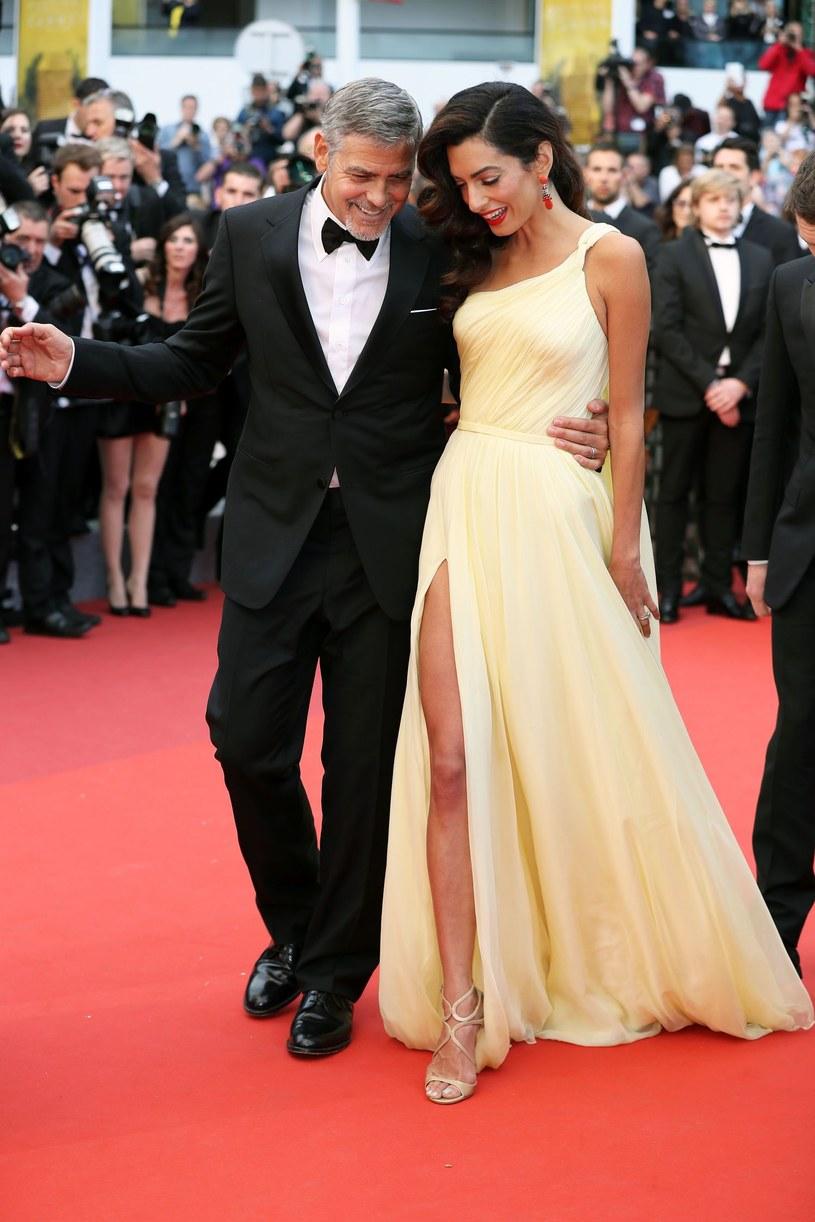 Gdy się pobierali, wszyscy pytali, kim jest wybranka pierwszego amanta Hollywood. Teraz coraz częściej na zaproszeniach, które dostają, widnieje: Amal Clooney z mężem.