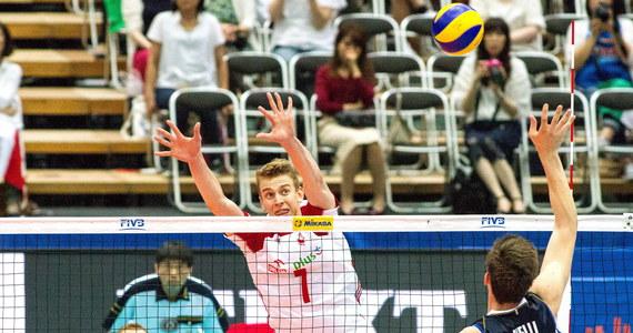 Polscy siatkarze wygrali z Włochami 3:2 (25:17, 21:25, 25:17, 29:31, 15:10) w pierwszym meczu turnieju Ligi Narodów w Osace. Po siedmiu kolejkach prowadzący w tabeli biało-czerwoni mają sześć zwycięstw i jedną porażkę.