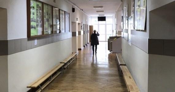 Ewakuacją prawie 200 uczniów i akcją służb ratunkowych zakończyła się lekcja w jednej z gorzowskich szkół. 15-letni gimnazjalista rozpylił w klasie gaz pieprzowy. Na szczęście nikomu nic poważnego się nie stało – poinformował Maciej Kimet z zespołu prasowego lubuskiej policji.