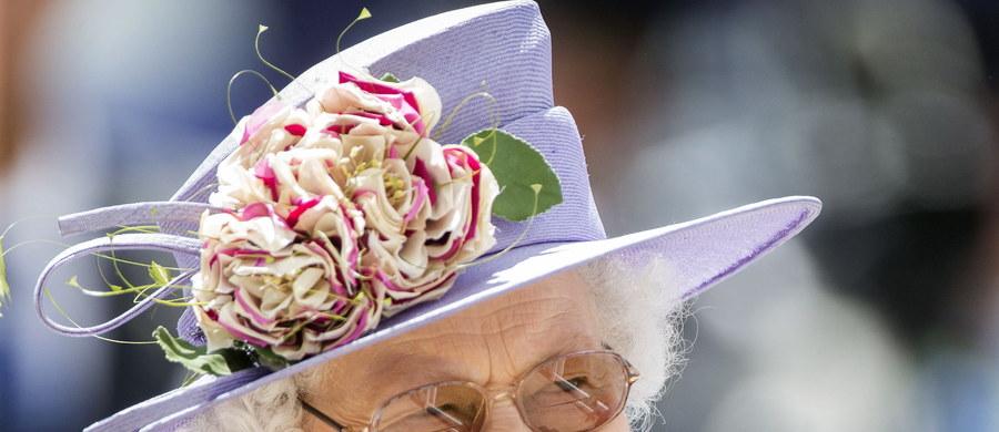 92-letnia brytyjska królowa Elżbieta II w ubiegłym miesiącu pomyślnie przeszła zabieg usunięcia zaćmy - poinformował Pałac Buckingham.