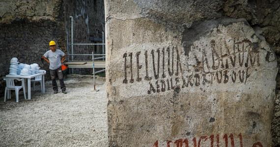 Doskonale zachowane hasła wyborcze zapisane na kamiennych płytach odnaleźli archeolodzy na terenie wykopalisk w Pompejach. Badacze terenu starożytnego miasta zniszczonego w erupcji Wezuwiusza podkreślają, że stale trafiają na zaskakujące odkrycia.