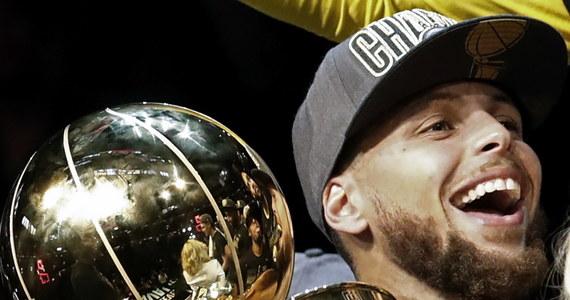 Broniący tytułu koszykarze Golden State Warriors szósty raz w historii, a trzeci w ciągu czterech lat, zdobyli mistrzostwo ligi NBA. W czwartym spotkaniu finału pokonali w piątek na wyjeździe Cleveland Cavaliers 108:85 i wygrali rywalizację 4-0.