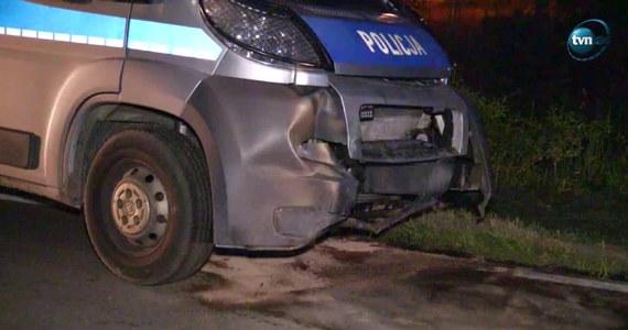 Czworo policjantów zostało w piątek wieczorem rannych w wypadku pod Łomżą (Podlaskie) w czasie pościgu za kierowcą, który nie zatrzymał się do kontroli drogowej. Doszło tam do potrącenia dwóch osób i zderzenia z radiowozem biorącym udział w akcji.