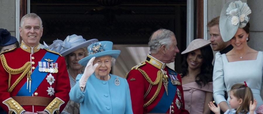 Tysiące osób obchodziły w sobotę w Wielkiej Brytanii 92. urodziny królowej Elżbiety II. W uroczystej paradzie ulicami Londynu przeszło około tysiąca żołnierzy, a w wydarzeniu wzięli także udział pozostali członkowie rodziny królewskiej, w tym nowożeńcy: książę Harry i księżna Meghan.