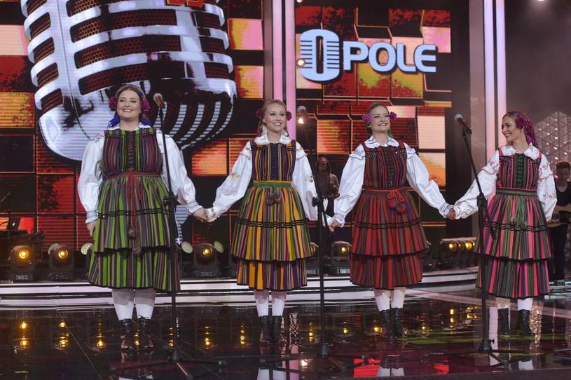 Drugi dzień 55. Krajowego Festiwalu Polskiej Piosenki w Opolu (9 czerwca) rozpoczął Konkurs Premier. Triumf odniosła grupa Tulia wyróżniona nagrodami jury i publiczności.