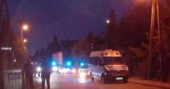 Akcja policji w Radwanicach koło Wrocławia. Mężczyzna wszedł tam na dach domu jednorodzinnego. Przez kilka godzin rozmawiali z nim negocjatorzy. Jak nieoficjalnie ustalili dziennikarze RMF FM, mężczyzna wywiesił flagę i celował bronią w przechodniów.