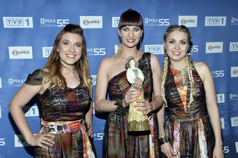 """TVP pominęła informację, że główną nagrodę w piątkowym (8 czerwca) koncercie """"Debiuty"""" otrzymała grupa Girls On Fire z piosenką """"Siła kobiet"""", który wywołał oburzenie w konserwatywnych środowiskach."""