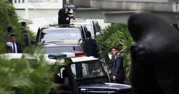 Przywódca Korei Północnej Kim Dzong Un wylądował w Singapurze, gdzie we wtorek ma się spotkać z prezydentem USA Donaldem Trumpem, by rozmawiać o zakończeniu wrogości i denuklearyzacji. Będzie to pierwsze w historii spotkanie przywódców USA i Korei Płn.