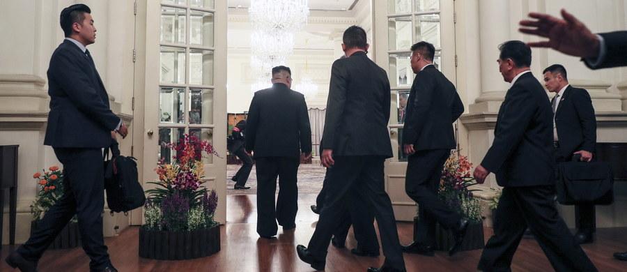"""""""Cały świat przygląda się historycznemu szczytowi Korei Płółnocnej i USA"""" - powiedział w niedzielę północnokoreański przywódca Kim Dzong Un podczas spotkania z premierem Singapuru Lee Hsien Loongiem. We wtorek Kim ma się tam spotkać z prezydentem USA Donaldem Trumpem."""