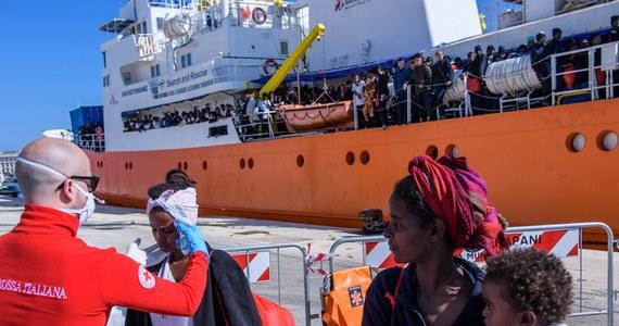 """Premier Włoch Giuseppe Conte twierdzi, że Malta odmówiła udzielenia pomocy humanitarnej statkowi z ponad 600 migrantami, o którego przyjęcie zwróciło się włoskie MSW. Wcześniej Włosi odmówili wpuszczenia jednostki do swojego portu. Na pokładzie statku """"Aquarius"""" organizacji """"SOS Mediterranee"""" z personelem """"Lekarzy bez Granic"""" jest 629 migrantów, uratowanych podczas niedawnej akcji Morzu Śródziemnym. Są wśród nich dzieci i kobiety w ciąży."""