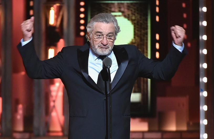Podczas niedzielnej gali wręczenia teatralnych nagród Tony Robert De Niro bez ogródek powiedział, co myśli o obecnym prezydencie Stanów Zjednoczonych. Oglądający transmisję Amerykanie nie mieli okazji przekonać się, co powiedział aktor, ponieważ jego wypowiedź została ocenzurowana.