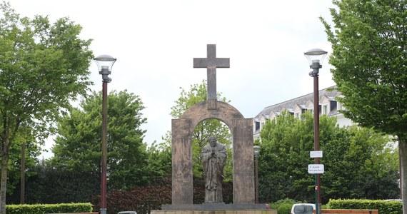 Pomnik Jana Pawła II w Ploermel, zwieńczony krzyżem nad arkadą, w której stoi papież, przeniesiono na teren prywatny. Oburzenie w laickiej Francji wywoływał krzyż, na którego umieszczanie w miejscach publicznych nie zezwala prawo z 1905 roku.