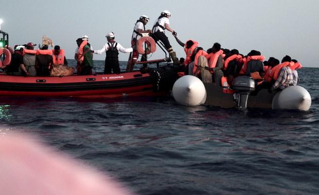 """Włoskie statki zabiorą na pokład 500 migrantów z jednostki organizacji pozarządowej """"Aquarius"""", która przez trzy dni czekała na decyzję, do jakiego portu ma wpłynąć. Migranci popłyną do Walencji, bo Hiszpania zgodziła się w poniedziałek ich przyjąć."""