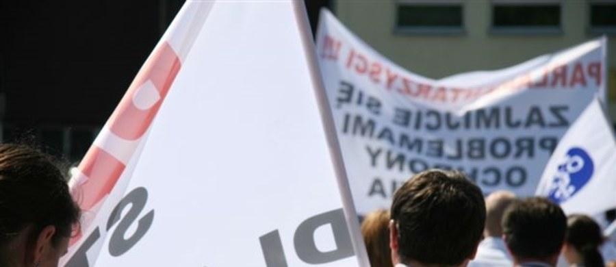 Dziś rusza trzydniowe referendum w szpitalu im. Kopernika w Łodzi. Pracownicy placówki będą decydować o ewentualnym strajku. Głosowanie będzie wiążące, jeśli frekwencja przekroczy 51 procent. Referendum organizowane jest na wniosek pięciu związków zawodowych działających w szpitalu.
