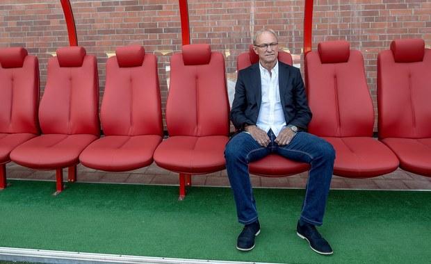 Były selekcjoner reprezentacji Polski Franciszek Smuda został zwolniony z funkcji trenera piłkarzy Widzewa Łódź na kolejkę przed zakończeniem trzecioligowych rozgrywek. W decydującym o awansie do 2. ligi meczu z Sokołem Ostróda zespół poprowadzi Radosław Mroczkowski.