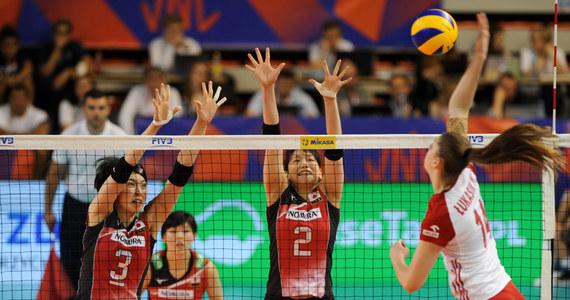 """Nasze siatkarki meczem z Japonią rozpoczęły swój ostatni turniej w tegorocznej Ligi Narodów. W Wałbrzychu Polki miały potwierdzić, że zwycięstwa z zespołami ze światowej czołówki w poprzednich kolejkach nie były przypadkowe. I dokładnie to zrobiły. Mimo słabszego początku """"Biało-czerwone"""" zwyciężyły w całym spotkaniu 3:2. Była to piąta wygrana Polski z rzędu. Liderką w ofensywie znów była Malwina Smarzek, ale świetnie grała też Martyna Grajber oraz Zuzanna Efimienko. """"Nie cierpię horrorów, nie przepadam za sushi, dlatego bardzo się cieszę, że dziewczyny dzisiaj po morderczej walce pokonały groźny i niewygodny zespół Japonii"""" - powiedział po meczu Jacek Nawrocki."""