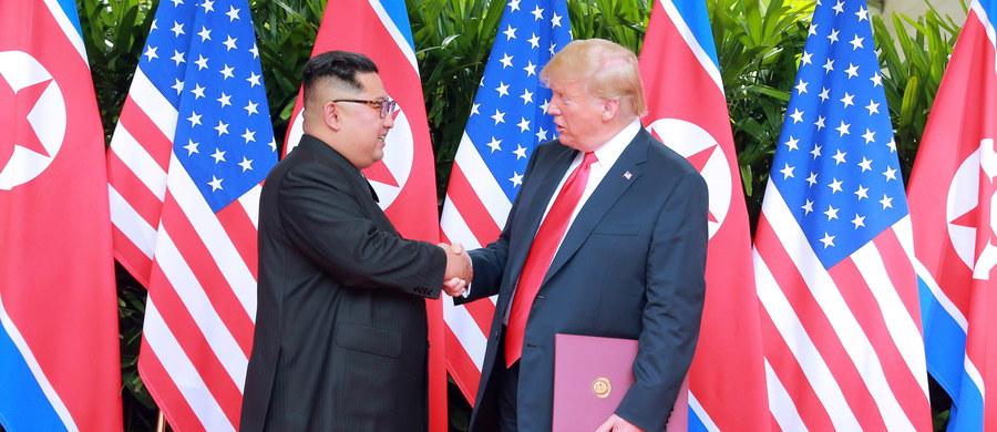 """Prezydent Stanów Zjednoczonych Donald Trump odnosząc się do spotkania z Kim Dzong Unem, napisał w środę na Twitterze: """"Świat zrobił duży krok wstecz przed potencjalną katastrofą nuklearną. Koniec z wystrzeliwaniem rakiet, z próbami jądrowymi i badaniami!"""""""