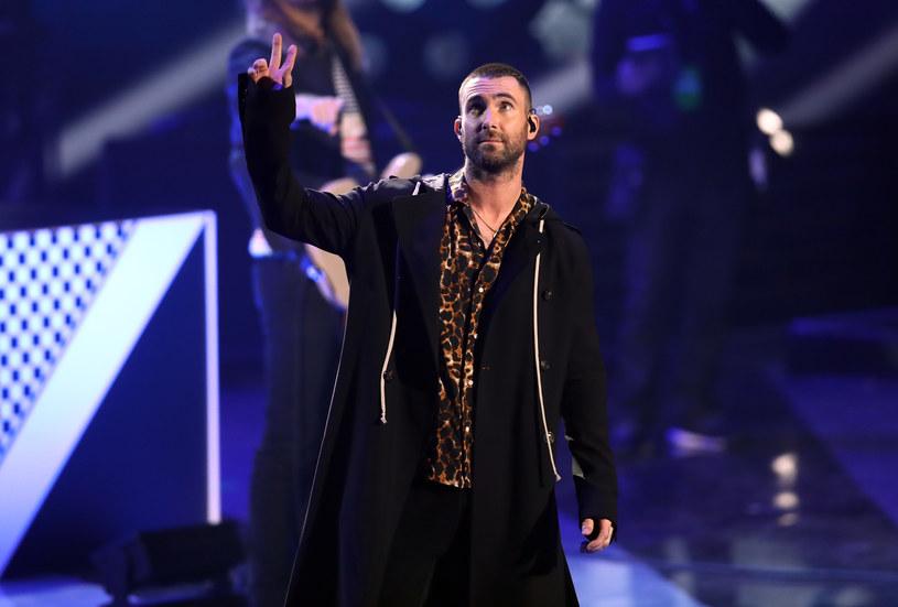 """Dowodzony przez Adama Levine'a grupa Maroon 5 przygotowała nową wersję przeboju """"Three Little Birds"""" Boba Marleya."""