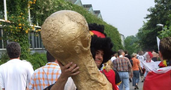 """To miał być popis ekipy """"Canarinhos"""", brazylijski powrót na szczyt po 20 latach. Mundial sprzed czterech lat zakończył się jednak sromotną klęską brazylijskiego futbolu. Tytuł zdobyli Niemcy, historyczną bramkę strzelił Miroslav Klose, ale europejski futbol zanotował też kilka poważnych wpadek."""