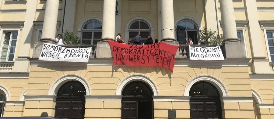 """Kulminacja protestów studenckich i akademickich w całej Polsce. W środowy wieczór w kilku miastach kraju odbyły się protesty pod hasłem """"Uniwersytety na balkony"""". Protestujący zebrali się na terenach uniwersytetów pod balkonami, co ma być wyrazem sprzeciwu wobec ustawy o szkolnictwie wyższym."""